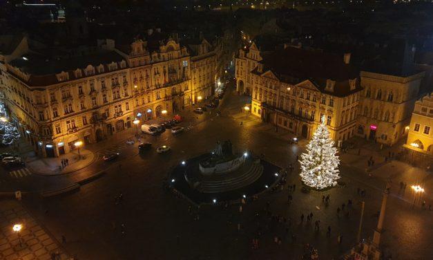 Vánoční strom na Staroměstském náměstí už svítí