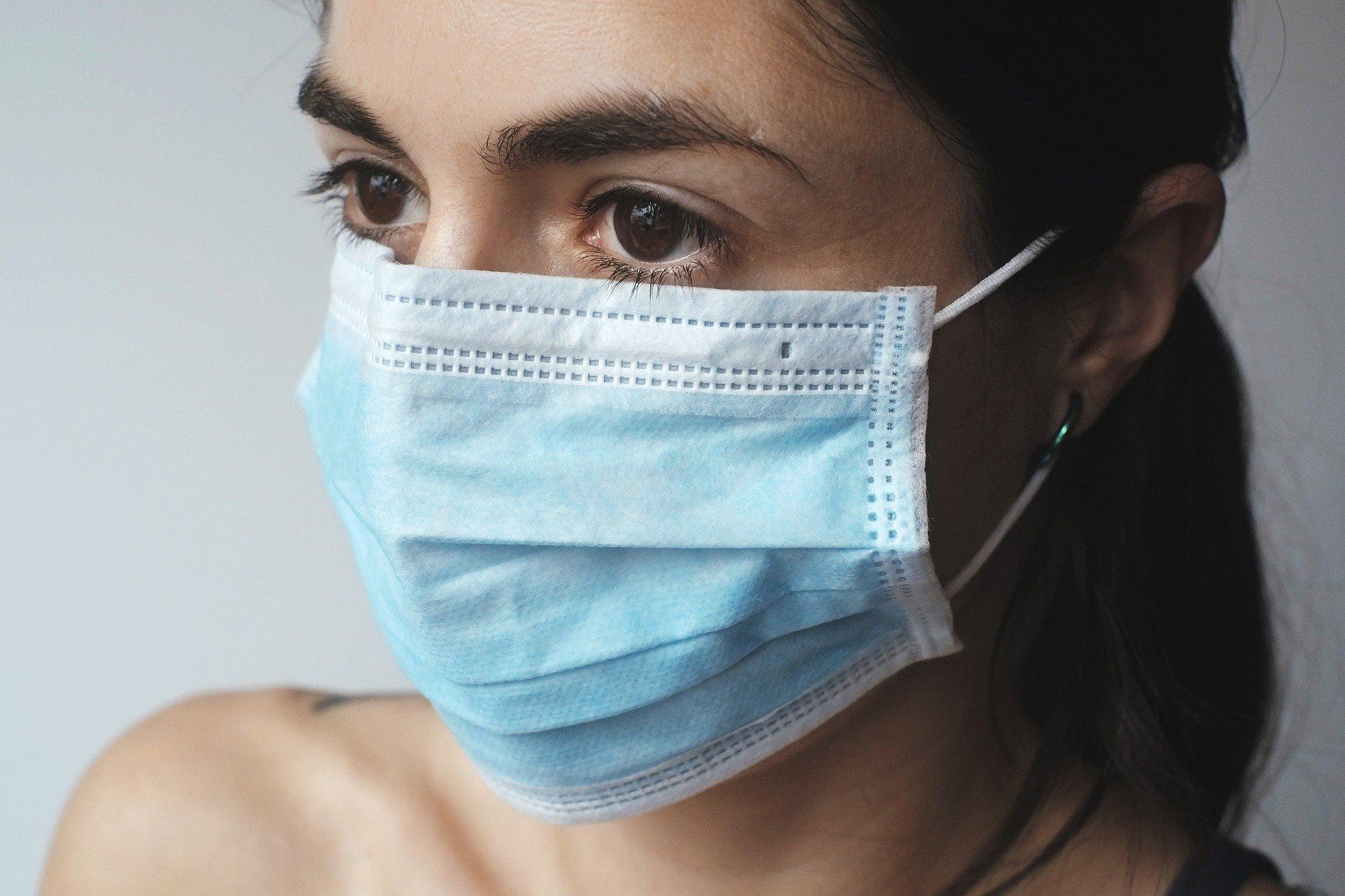 """Roušky pomáhají """"plicním"""" pacientům – obzvlášť na podzim"""